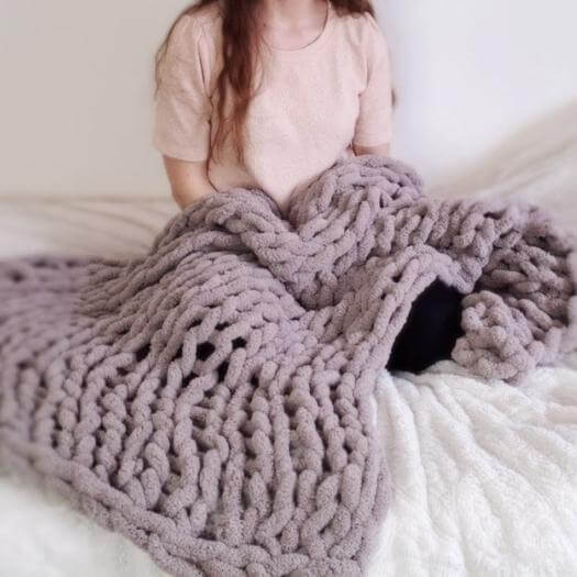 Easy Chunky Blanket Unique Mothers Day DIY Homemade Crafting Gift Ideas Inspiration How To Make Tutorials Recipes Gifts To Make