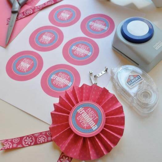 Homemade Medals Easy Last Minute Mothers Day DIY Homemade Crafting Gift Ideas Inspiration How To Make Tutorials Recipes Gifts To Make